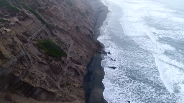 vídeos de stock e filmes b-roll de aerial of beach - oceano pacífico