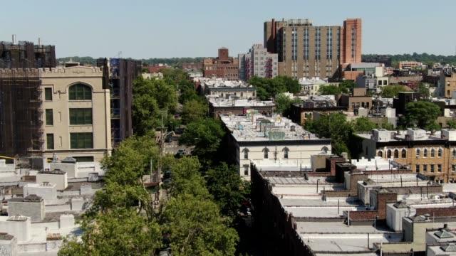 aerial of bushwick i brooklyn, new york på en solig sommardag - väggmålning bildbanksvideor och videomaterial från bakom kulisserna