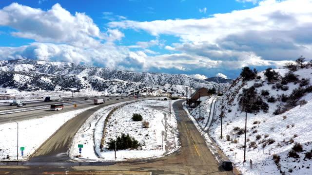 カリフォルニア・グレープバインの空中と州間高速道路5号線の雪 - カリフォルニアシエラネバダ点の映像素材/bロール