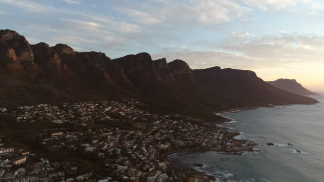 vídeos de stock e filmes b-roll de aerial of camps bay in cape town at sunset - sul