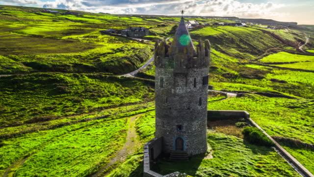 vídeos de stock, filmes e b-roll de aérea do castelo de doonagore, co. clare, irlanda - castelo