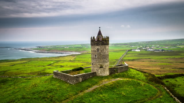 Antenne des Doonagore Castle in Irland – Video