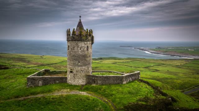 stockvideo's en b-roll-footage met luchtfoto van doonagore kasteel in ierland - middeleeuws