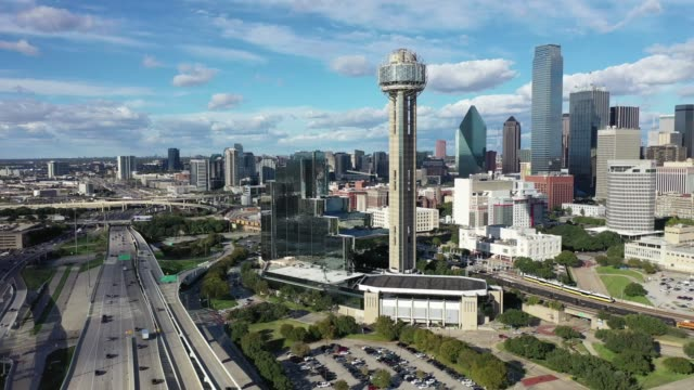 stockvideo's en b-roll-footage met luchtfoto van het centrum van dallas, texas - texas