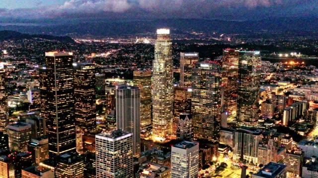 vidéos et rushes de antenne de downtown los angeles en californie dans la nuit - californie du sud