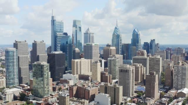 philadelphia şehir merkezi'nin havası, gündüz şehir manzarası - amerika kıtası stok videoları ve detay görüntü çekimi