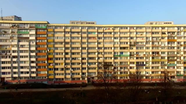 antenne des riesigen wohnblock im dicht besiedelten bezirk - kommunismus stock-videos und b-roll-filmmaterial