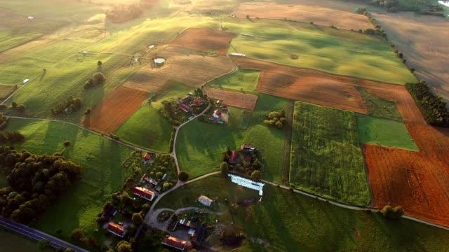 vídeos de stock e filmes b-roll de aerial of farmland scenic landscape at sunrise - rancho quinta
