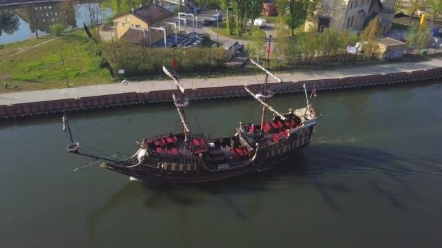 vídeos de stock, filmes e b-roll de antena do navio da galleon que nadam em um rio - países bálticos