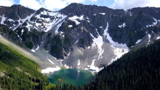 vídeos y material grabado en eventos de stock de aérea de lago glaciar y montaña en whistler biritish columbia 4k - canadá