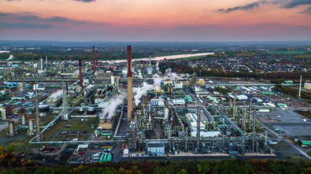 stockvideo's en b-roll-footage met luchtfoto van industrial park met olieraffinaderij - raffinaderij