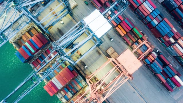vídeos de stock e filmes b-roll de aerial of industrial port with containers ship,hyperlapse - docas