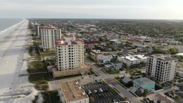 aerial of jacksonville beach, florida - побережье мексиканского залива сша стоковые видео и кадры b-roll