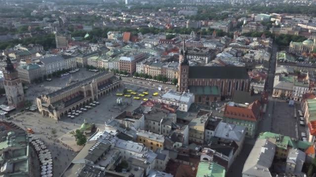 luftfahrt des krakauer hauptmarkts, voll von touristen, im sommer. kleiderkammer, marienkirche und stadtkonsul - krakau stock-videos und b-roll-filmmaterial