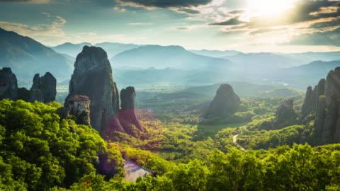 antenna del paesaggio con monasteri e formazioni rocciose a meteora, grecia - composizione orizzontale video stock e b–roll