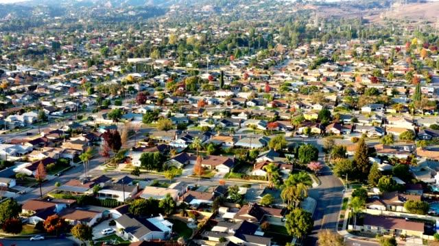 vídeos de stock, filmes e b-roll de antena de monrovia, califórnia - subúrbio