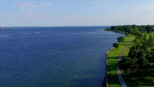 vídeos de stock, filmes e b-roll de vista aérea do rio niágara trilha de caminhada - rio niagara