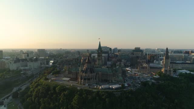 vídeos y material grabado en eventos de stock de aerial de ottawa, con los edificios del parlamento - canadá