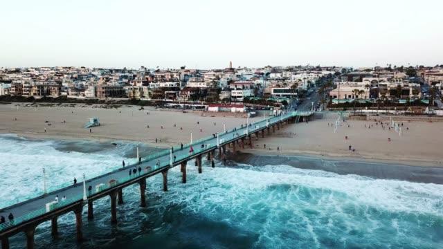 vidéos et rushes de antenne de jetée vers manhattan beach - californie du sud