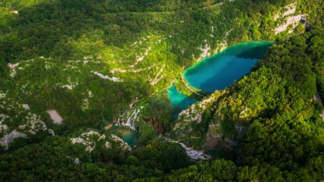 aerial of plitvice national park - национальный парк плитвицкие озёра стоковые видео и кадры b-roll