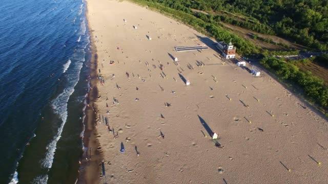aerial sandy beach meereswellen und blau-grüne wasser auf ostsee - ostsee stock-videos und b-roll-filmmaterial
