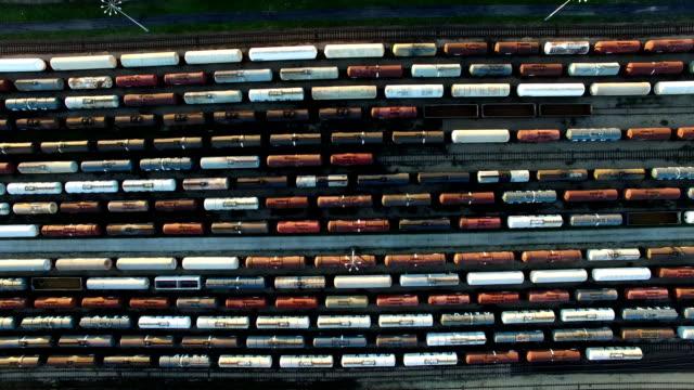 vídeos y material grabado en eventos de stock de antena de trenes de carga de cisterna en la estación de trenes - misa