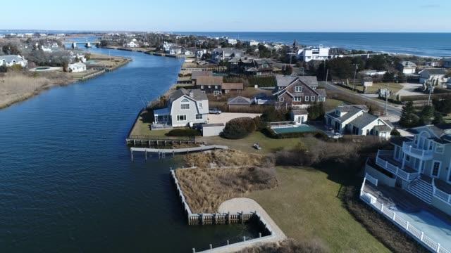 vídeos de stock e filmes b-roll de aerial of the hamptons in eastern long island, new york - mansão imponente