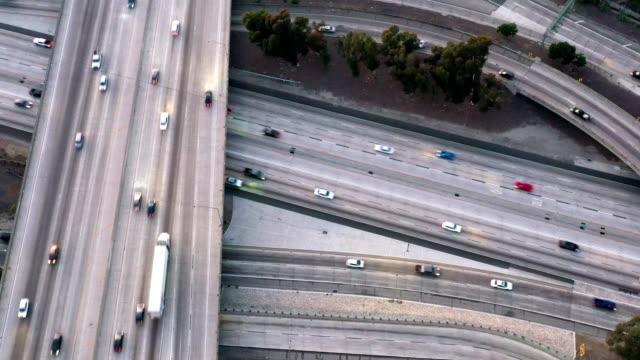 antena ruchu na autostradach - traffic filmów i materiałów b-roll