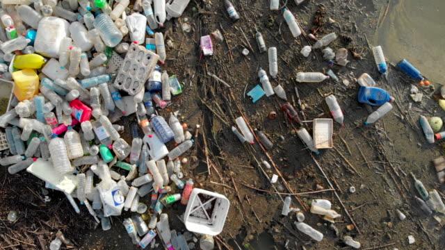 vídeos y material grabado en eventos de stock de aéreo de la pila de la costa de la pila de basura.rone foto desordenada costa. concepto de dumping ambiental de daños globales - nocivo descripción física
