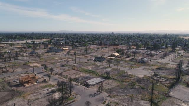 stockvideo's en b-roll-footage met luchtfoto van wildvuur schade in coffey park, santa rosa, californië - bosbrand