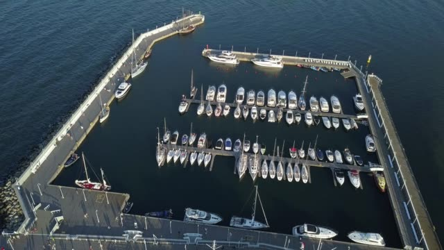 luftaufnahmen von yachten in der marina und holzmole in sopot, polen - ostsee stock-videos und b-roll-filmmaterial