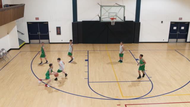 vídeos y material grabado en eventos de stock de antena de niños jugando un partido de baloncesto - deportes de la escuela secundaria