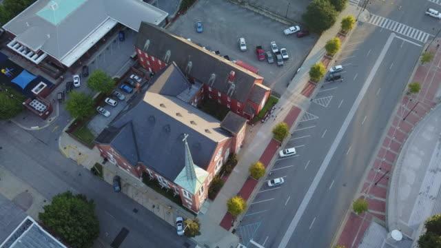 şehir köşesinde havadan yörünge kilise steeple - alabama stok videoları ve detay görüntü çekimi