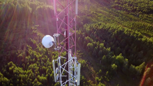 vidéos et rushes de orbite aérienne de tour de transmission de téléphone mobile - transmission