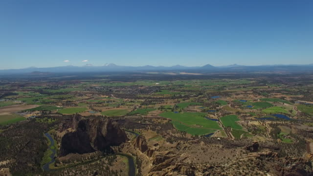 aerial oregon smith rock state park - physische geographie stock-videos und b-roll-filmmaterial