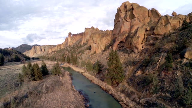 aerial oregon smith rock - 州立公園 個影片檔及 b 捲影像
