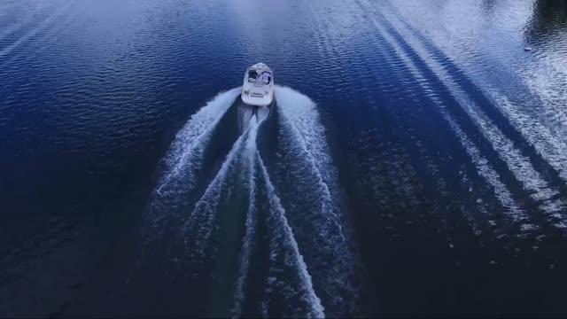 antenne über ein schnellboot auf einem see - schiff stock-videos und b-roll-filmmaterial