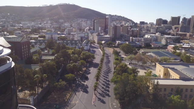 stockvideo's en b-roll-footage met luchtlucht over stad van kaapstad tijdens corona virus lockdown, met lege straten - lockdown