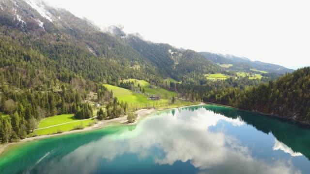 vídeos de stock, filmes e b-roll de antena sobre hintersteiner veja na áustria com reflexos de nuvens na água - tyrol state austria