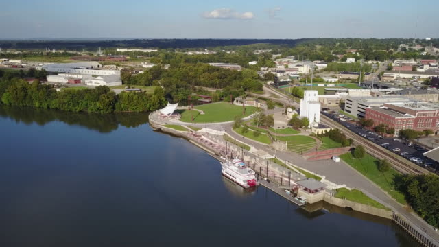 havadan büyük nehir teknesi rıhtında - alabama stok videoları ve detay görüntü çekimi