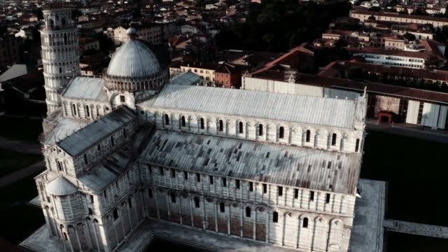 veduta aerea sopra la cattedrale di pisa e torre pendente - pisa video stock e b–roll