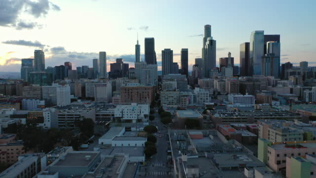 aerial over skid row downtown los angeles street during the covid-19 pandemic - crepuscolo video stock e b–roll
