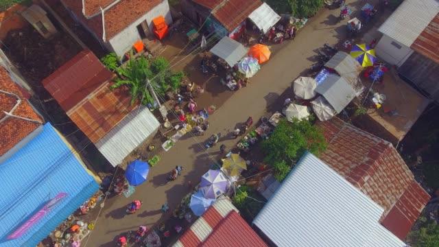 vidéos et rushes de surcharge aérienne de scène de rue au marché du matin dans un petit village. - marché établissement commercial