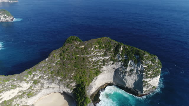 aerial overhead view of kelingking beach in nusa penida, bali, indonesia. aerial view drone 4k shot. - юго восток стоковые видео и кадры b-roll