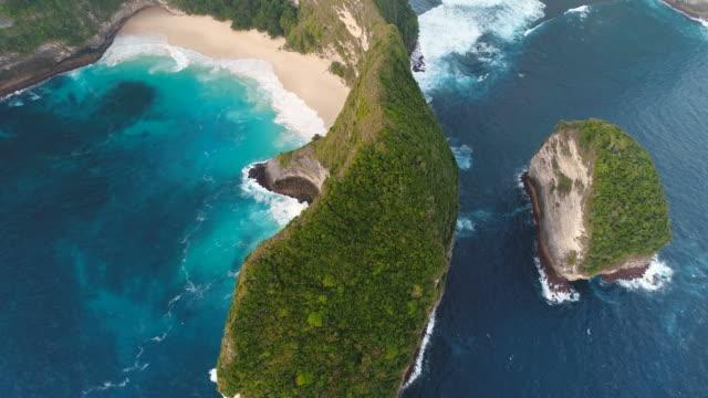 vidéos et rushes de vue aérienne de généraux de kelingking plage de nusa penida, bali, indonésie. vue aérienne de bourdon 4 k coup. - indonésie