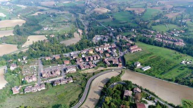 overhead flygfoto över vingårdarna i italien, liten medeltida stad i italien, panoramic visa från ovan av vingårdarna i italien - roof farm bildbanksvideor och videomaterial från bakom kulisserna