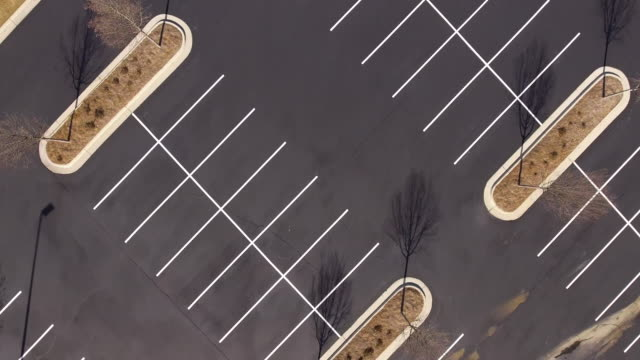 stockvideo's en b-roll-footage met lucht pannen over leeg asfalt parkeerterrein - parkeren