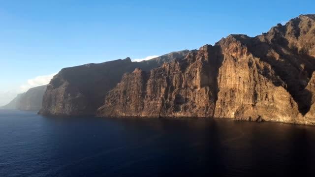 日没、テネリフェ島、カナリア諸島、スペインの設備・デ・ロス・ヒガンテス (巨人の崖) の空中パノラマ。 - 崖点の映像素材/bロール