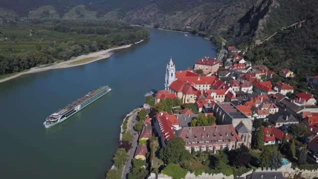 stockvideo's en b-roll-footage met luchtpanorama van stad durnstein en wijngaarden. wachau vallei, oostenrijk - cruise