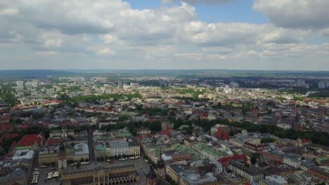 luftpanorama der krakauer altstadt - krakau stock-videos und b-roll-filmmaterial